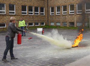 Übung mit dem Feuerlöscher